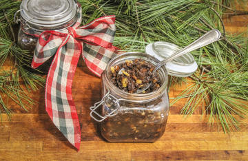 Pack the mincemeat in decorative jars for Christmas gifts.