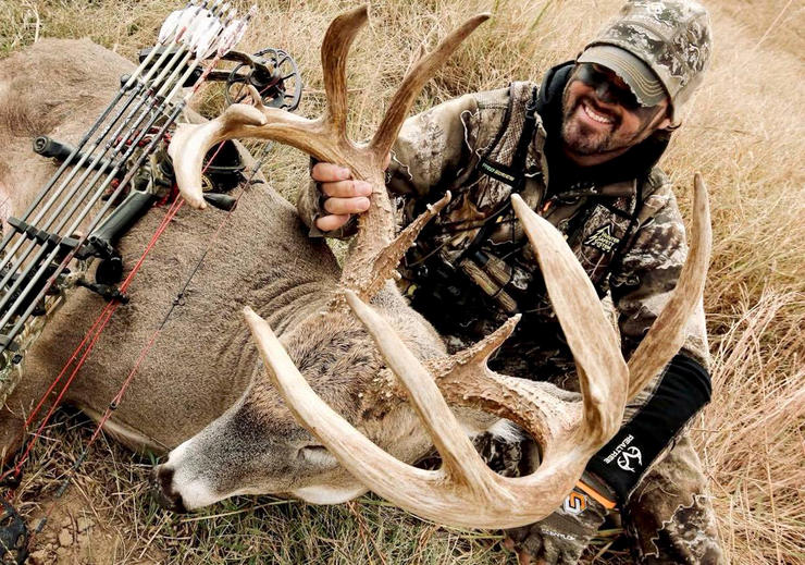 Nate Hosie's 2020 Kansas buck has it all. It sports impressive antler mass, beams, tine length, and more. (HeadHunters TV photo)