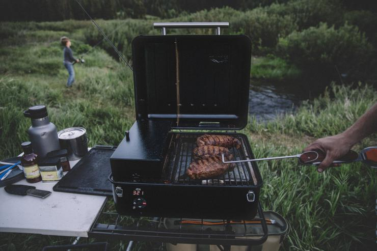 field test traeger ranger camp grill realtree camo. Black Bedroom Furniture Sets. Home Design Ideas
