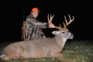 Tes Jolly with a big buck. (Photo courtesy of Tes Jolly)