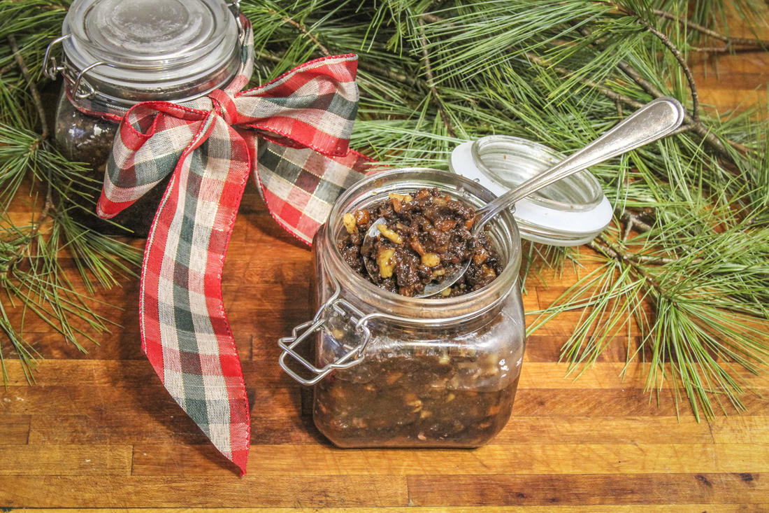 Pack the mincemeat into decorative jars as a gift.