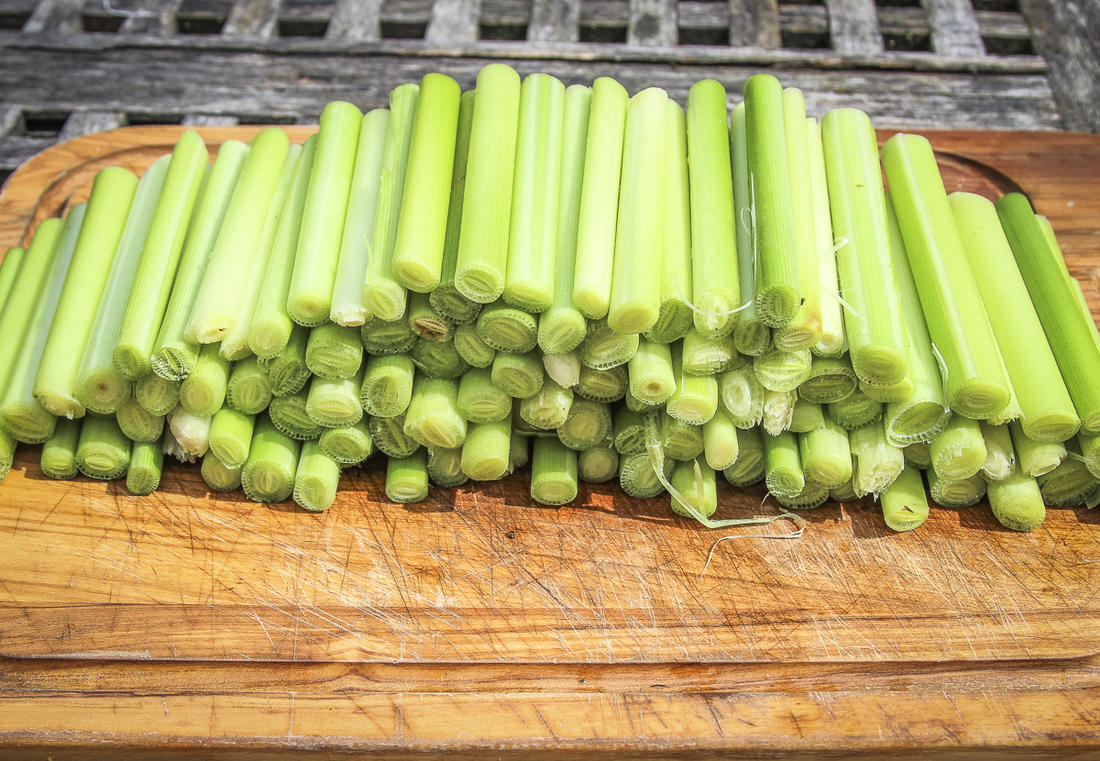 Rinse the trimmed and peeled stalks.